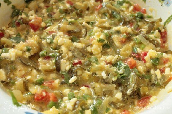 Добавить охлажденные огурчики, зелень и нарезанный кубиком болгарский перец. Возьмите перец разного цвета, если крупный, то достаточно по половине перца.