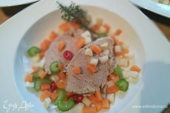Тарелочку с мясом дополните овощами, чили, тимьяном.