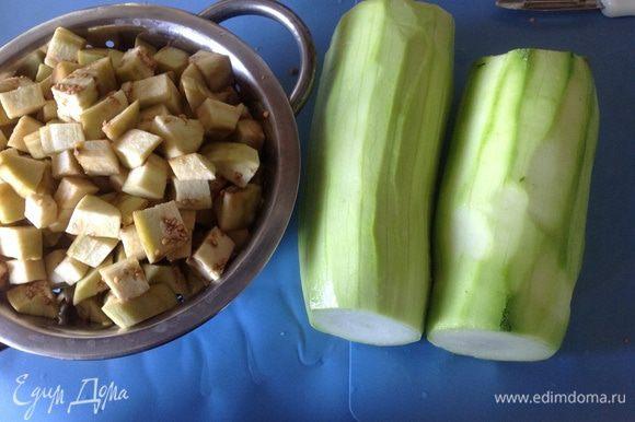 Очистить кабачки и баклажаны от кожуры и нарезать кубиками со стороной 1,5 см. Из перцев удалить сердцевину и нарезать крупной соломкой.