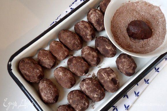 Из получившейся массы сформовать пирожные. В чашке смешать сахарную пудру с какао. Обмакнуть пирожные со всех сторон в этой смеси.