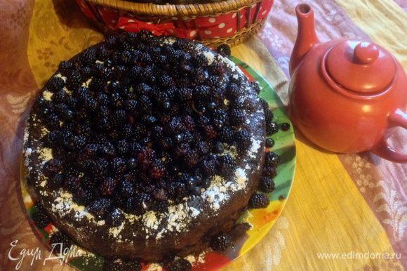 Остывший кекс вынуть из формы, посыпать сахарной пудрой и украсить ягодами!