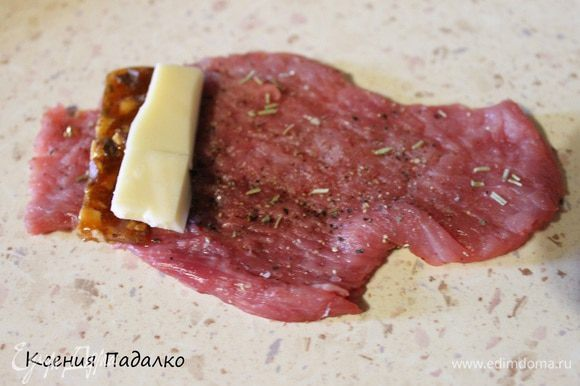 На грильяж кладем половинку ломтика сыра.