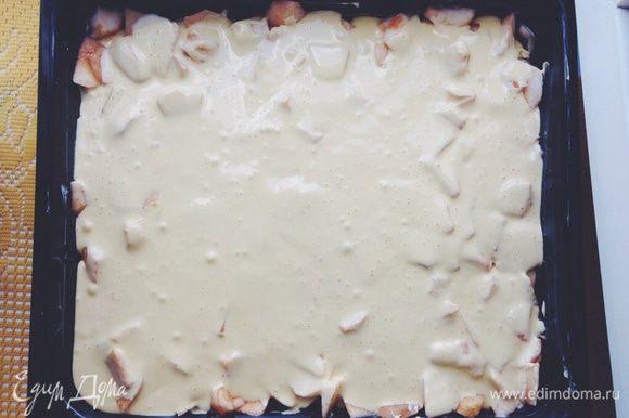 Тесто вылить на яблоки и отправить в, предварительно разогретую до 180 градусов, духовку и выпекать ~30 минут