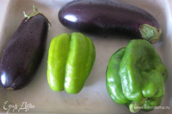 Разогреть духовку до 180 С. Перцы и баклажаны вымыть и обсушить. Смазать овощи оливковым маслом. * Перцы можно взять разных цветов.
