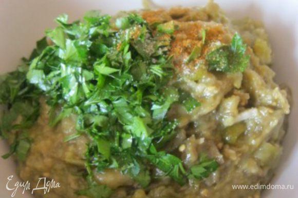 Овощи немного остудить и положить в блендер. Измельчить в режиме пульсации. Переложить в миску, добавить соль, перец по вкусу, мелко нарезанную петрушку, все аккуратно перемешать. * Специи и зелень - также по желанию.