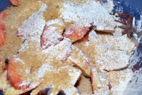 Сливы разрезать пополам (у меня были замороженные, разморозить). Яблоки почистить и нарезать дольками. Перемешать с соком лимона, сахаром и крахмалом.