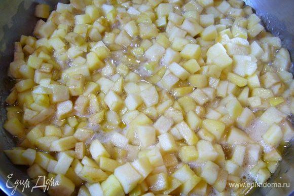 Яблоки очистить от кожицы, семена удалить, мелко нарезать. Отправить яблоки в сковороду с маслом, добавить оба вида сахара, коньяк. Тушить на среднем огне, пока яблоки не станут мягкими.