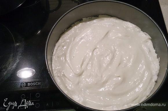 Форму d22 смазать слив. маслом и разровнять поверхность. Выпекать бисквит в заранее разогретой до 180°C духовке около 25 минут.