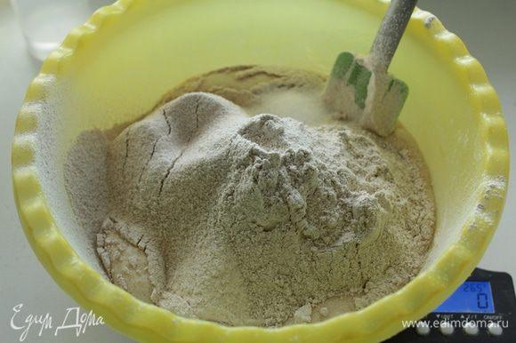 К опаре влить 125 воды, просеять муку, добавить соль. Перемешать оставить на 20 минут.