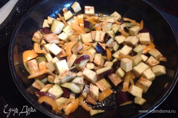 Баклажаны нарежьте кубиками, болгарский перец тонкими полосками. Обжаривайте на той же сковороде 5-7 минут, пока баклажаны не подрумянятся.