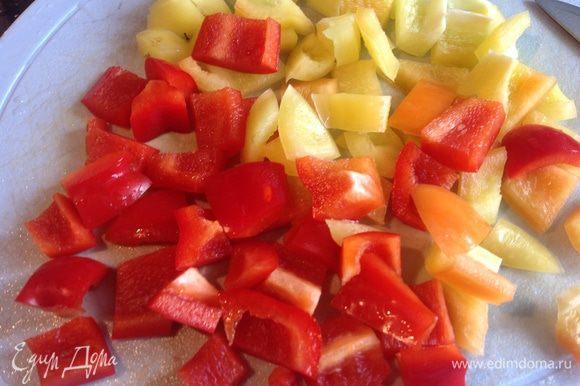 Сладкий перец очистите от семян и нарежьте кубиками.