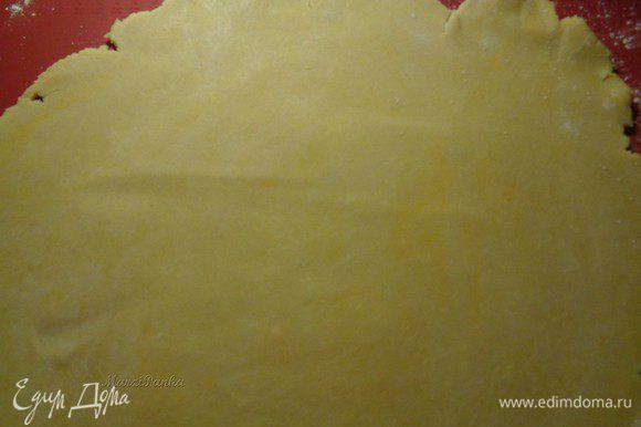 Посыпим силиконовый коврик мукой. Также обваляем в муке сталку и верх теста. Раскатаем ровный по толщине пласт, примерно 28 см. в диаметре.