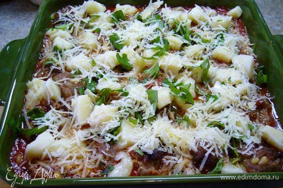 Перелить соус в форму для запекания, выложить фрикадельки и сверху – кусочки моцареллы. Присыпать базиликом и пармезаном. Запекать 20 мин. до золотистого цвета в духовке, разогретой до 200 град.
