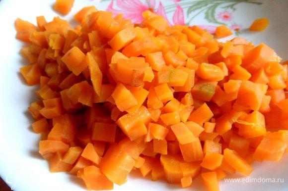 Морковь измельчить.