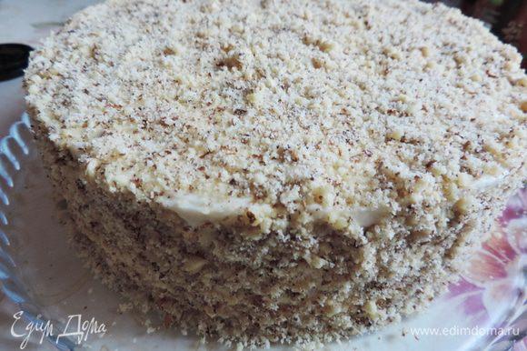 Верх и бока торта посыпаем молотыми грецкими орехами.