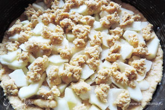 Тесто делим на две части: 3/4 и1/4. Большую часть распределяем по форме диаметром 24-26см, дно которой выстелено бумагой для выпечки. Формируем небольшие бортики. Сверху выкладываем подготовленные яблоки, посыпаем их сахаром, корицей, ванильным сахаром. Оставшееся тесто выкладываем хаотично небольшими кусочками на яблоки.