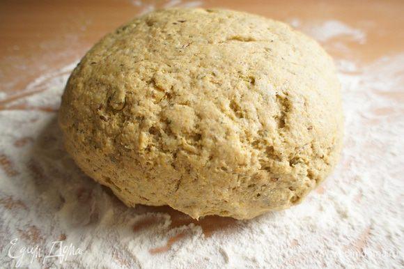 Постепенно добавляя стакан пшеничной муки, замесить тесто, чтобы не прилипало к рукам.