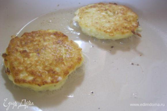 Разогреть сковороду, смазать растительным маслом. Жарить оладьи, выкладывая столовой ложкой, с двух сторон, до золотистой корочки)