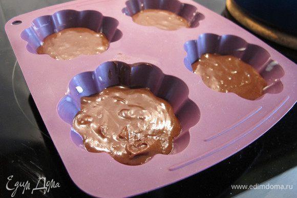 Выложить тесто в формочки, смазанные маслом. Поставить их в холодильник на 1 час.