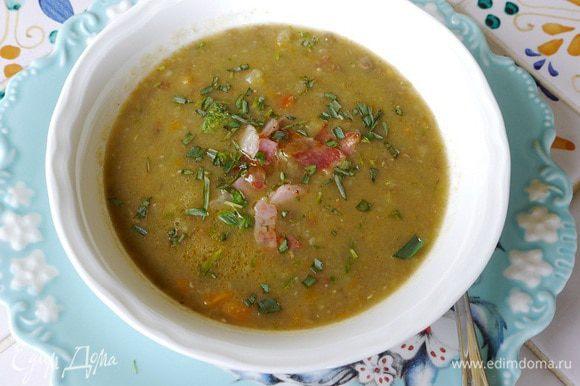 Суп разлить в тарелки, в каждую добавить немного обжаренного сала и тархуна.