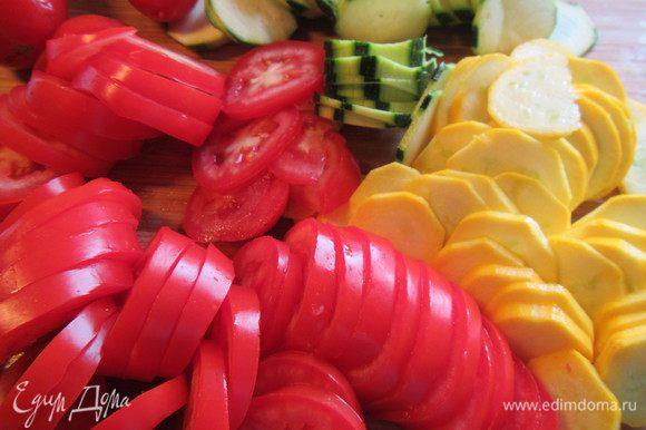 Нарезаем цукини и помидоры тонкими кружочками.
