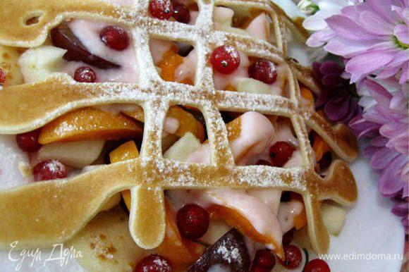 Украсить блинчики: молотыми орехами, сахарной пудрой, натертым шоколадом, замороженными или свежими ягодами, половинками винограда, корицей. У меня красная смородина.