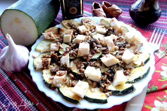 А вот и салатик,который я приготовила по рецепту Наташи: http://www.edimdoma.ru/retsepty/67566-devchachiy-teplyy-salat ,но благодаря посту Вики (Победа): http://www.edimdoma.ru/club/posts/16806-vashi-shedevry-moimi-rukami-chast-chetvertaya-salaty