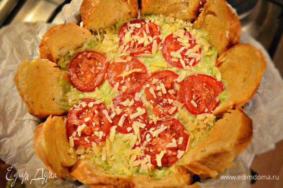Сверху выложить нарезанный дольками помидор, посыпать оставшимся сыром и запекать около 40 мин при 180г. Если ломтики хлеба быстро подрумяниваются при запекании, то можно накрыть форму фольгой.