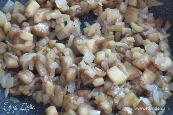 Мякоть баклажана порубить ножом и добавить к луку.Жарить 10 -15 минут до мягкости баклажанов.