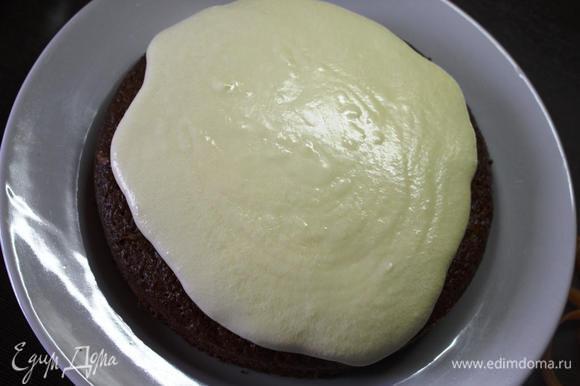 Наносим крем на верх пирога. Либо прослаиваем его кремом.