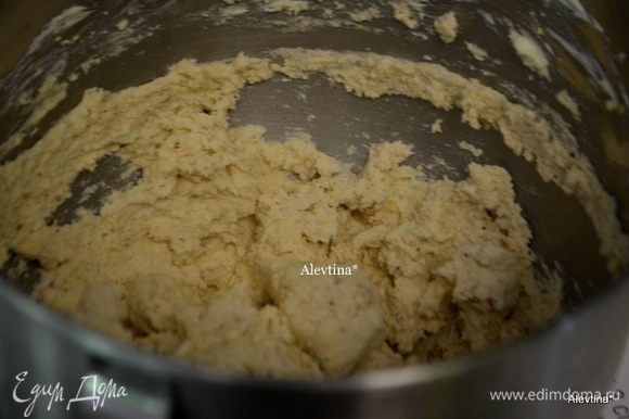 Затем добавить ванилин и взбить снова, муку , орехи в крупную крошку, картофельные чипсы в крошку, смешать на медленной скорости.