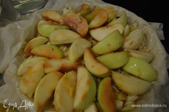 Сверху слой оставшейся 1/3 яблок дольками. Можно также слегка присыпать сахаром.