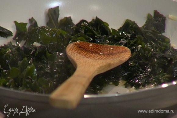 Влить в сковороду воду, в которой замачивались водоросли, и готовить на небольшом огне пару минут, затем всыпать сахар, перемешать и снять с огня.