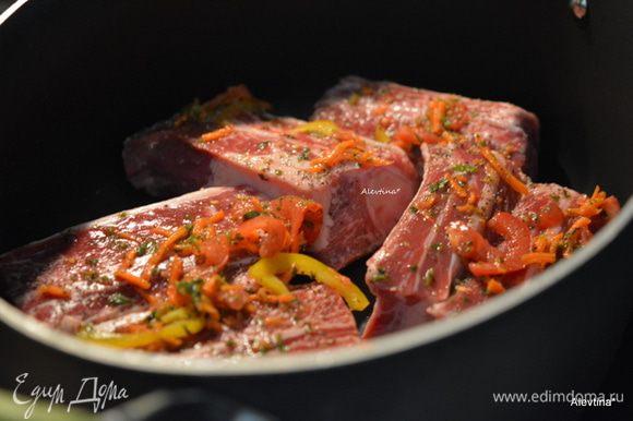 Разогреть духовку на 180 гр или готовим на плите в кастрюле с толстым дном. Посолить и поперчить крупные кусочки говядины по вкусу.