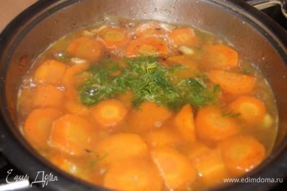 Добавить укроп и воду, так чтобы она только покрывала морковь, варить до готовности моркови.