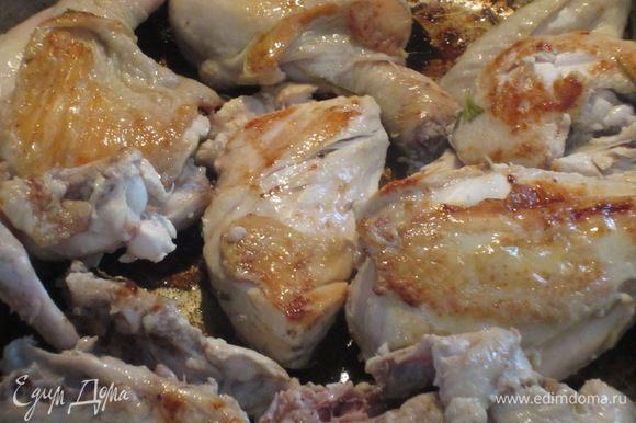Курицу вынуть из маринада и обжарить на сухой сковороде на сильном огне 6-7 минут, постоянно переворачивая.