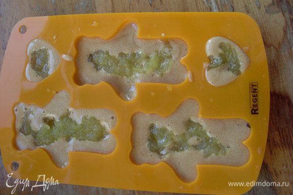 Добавить по столовой ложке теста, в серединку положить яблочную начинку и прикрыть небольшим количеством теста.