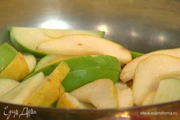 Разогреть в сковороде 1 ч. ложку сливочного масла, всыпать 1 ст. ложку коричневого сахара, выложить нарезанные фрукты и слегка их обжарить.