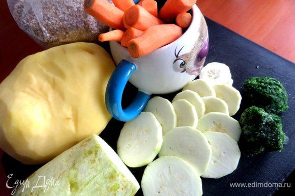 Овощи моем,очищаем. Молодой кабачок можно оставить с кожицей.