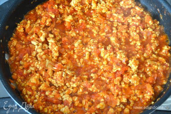 Посолить, добавить специи (все по вкусу) и тушить на медленном огне около 25 минут.