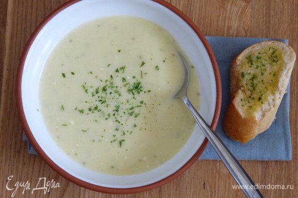 Измельчить суп в блендере, добавить соль, перец, зелень и сливки. Слегка прогреть и подавать.
