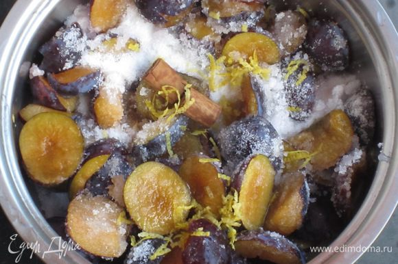 В кастрюлю с толстым дном положить сливы,добавить сахар,палочку корицы,цедру лимона и воду.