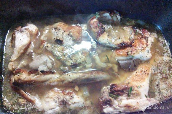 Залить бульоном, чтобы мясо было покрыто жидкостью. Довести до готовности в разогретой до 180° духовке первую половину времени под фольгой или крышкой, вторую без. Мне понадобились 50 мин, но зависит от качества мяса.