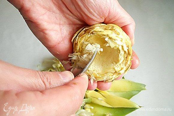 Ложечкой удаляем сердцевину и положим их в миску с водой и соком половины лимона, чтобы избежать потемнения.