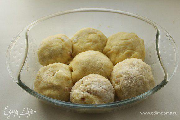 Форму для запекания смазать маслом, выложить шарики.Запекать в разогретой до 175-180 градусов духовке примерно 50-60 минут.