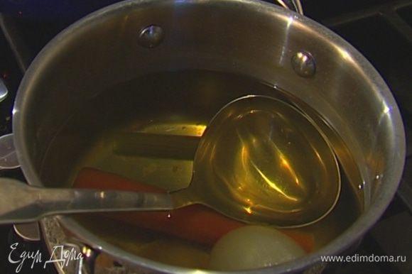 Сварить овощной бульон: в большую кастрюлю поместить подготовленные овощи, добавить пучок кинзы, 1 лавровый лист, перец горошком, посолить, влить 1 1/2 л кипятка и поставить на огонь. Довести бульон до кипения и варить несколько минут, затем процедить.