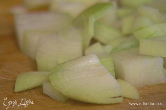 Оставшуюся луковицу почистить, крупно порезать.