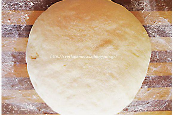 Дрожжи высыпать в миску, добавить к ним 1,5 ст.л. сахара, 3 ст.л. муки и 100 мл. теплого молока. Перемешать, накрыть и оставить на 20 минут. В опару добавляем оставшийся сахар, яйца, растопленное сливочное масло, оставшееся теплое молоко, постепенно просеянную муку, измельченную цедру апельсина и замешиваем не тугое тесто. Накрываем тесто полотенцем и оставляем на 30 минут, а лучше на 1 час.