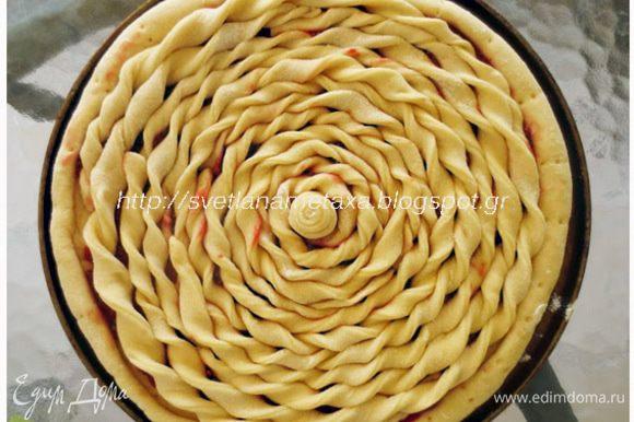 Выкладываем скрученные полоски на начинку, начиная от центра по кругу, заполняя ими всю поверхность пирога. Вот такой получается пирог!