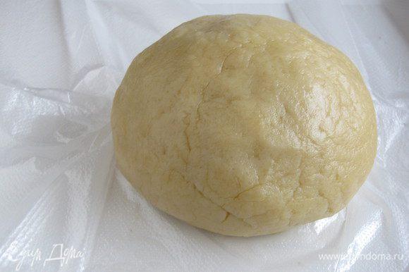Полученный комок теста помять руками, скатать в шар, завернуть в пленку и убрать в холодильник на 30-40 минут.